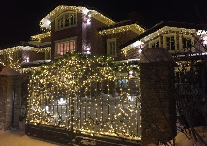 Новогоднее оформление зданий от компании «СК-Компани»